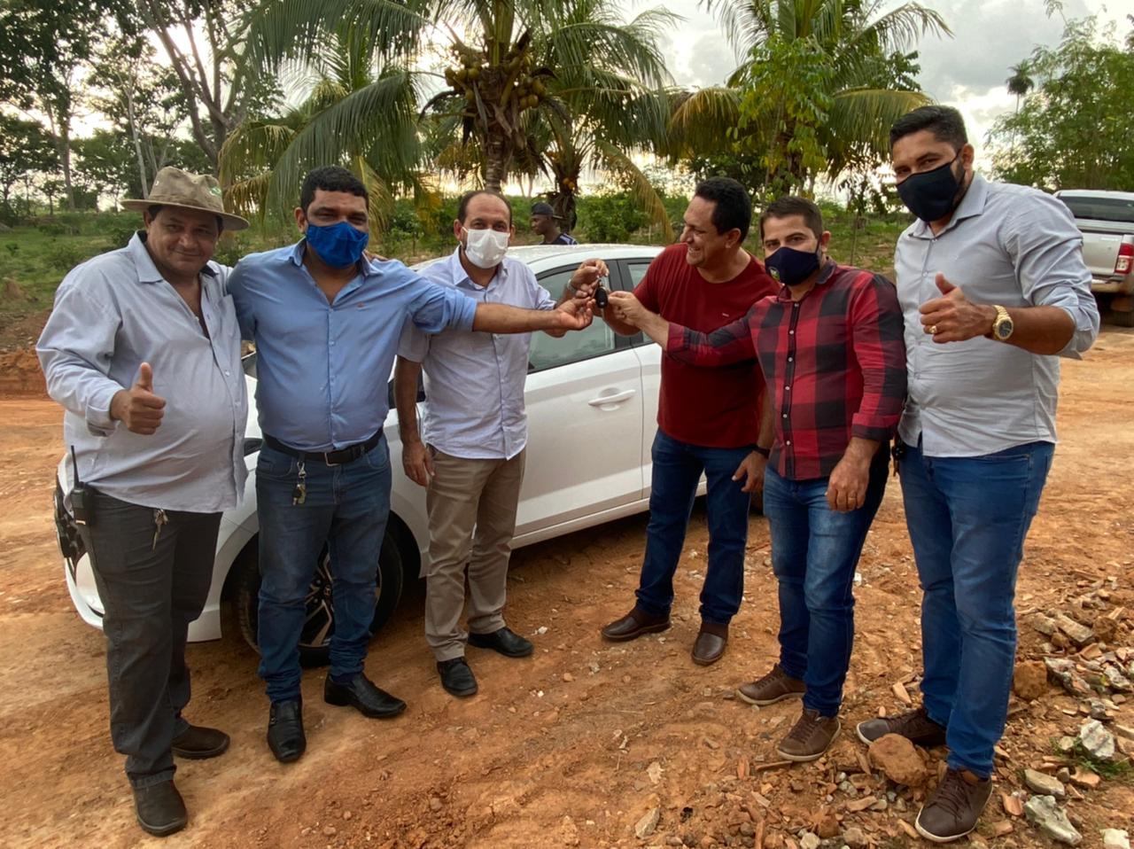 Laerte Gomes entrega veículo para atender administração do Centro de Recuperação Vida e Luz de Espigão do Oeste